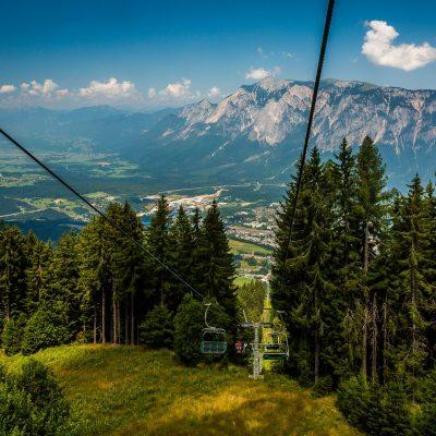 Mit der 3er-Sesselbahn geht es vom Tal bis zur Bergstation des Dreiländerecks