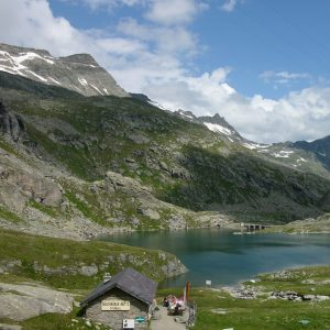 8 kleinere und größere Bergseen sind ein prächtiger Kontrast zur hochalpinen Felslandschaft