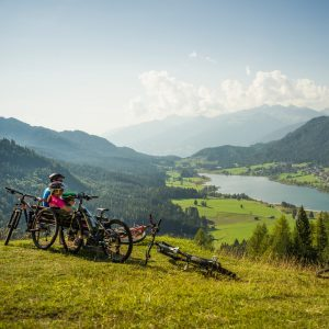 Mountainbiken mit Blick auf den malerischen Weissensee