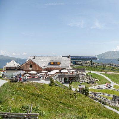 Die Bergstation der Panoramabahn mit Teilen der Kinder Erlebnis-Welt Nocky's AlmZeit