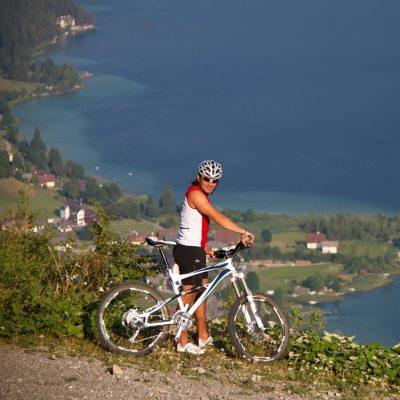 Biker blicken aus vielen Perspektiven auf den langgezogenen See