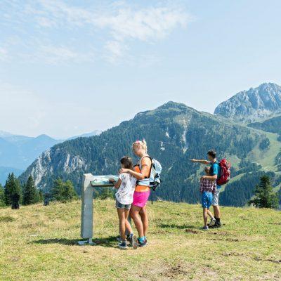 Start zur Madritschen-Tour, dem Familienerlebnisweg, von der Bergstation der Madritschen Sesselbahn zur Talstation