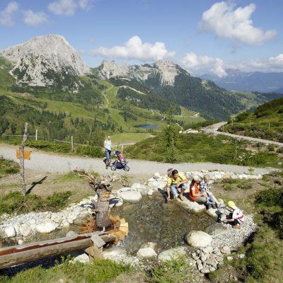 Der Aqua-Trail - ein Familien-Erlebnisweg, von der Madritsche zum Rosskofelsee am Nassfeld. Im Hintergrund: der Trogkofel