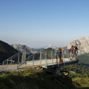 """Die Panorama-Aussichtsplattform """"Sky Plate"""" am Gartnerkofel. Im Hintergrund das Rosskofel-Massiv"""