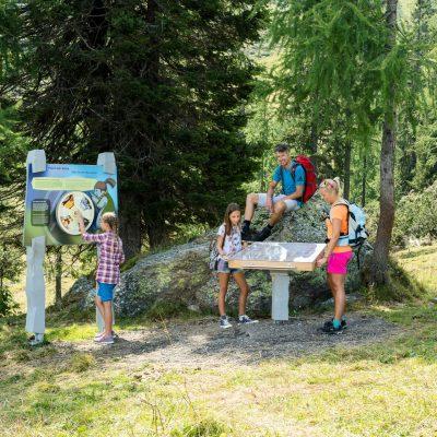 Eine Station der Madrtitschen-Tour, des Familien-Erlebniswegs, von der Bergstation der Madritschen Sesselbahn zur Talstation