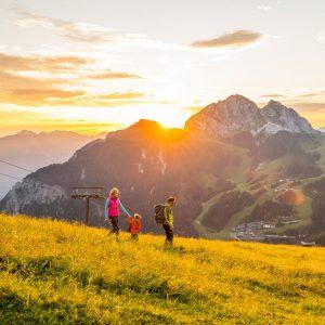 Nassfeld - Familienwanderidylle auf sanften Almen, umrahmt von einer imposanten Bergwelt. Im Hintergrund der Gartnerkofel
