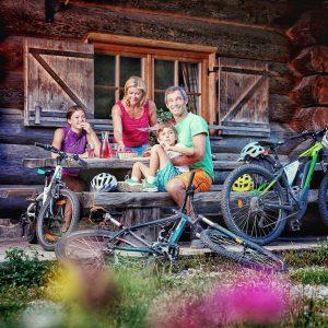 Nassfeld - Biken und Genießen ist angesagt. Im Bild: Familien-Einkehr nach einer Bike-Runde