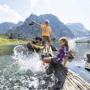 Nassfeld - Familien-Erlebnis, hier am Aqua Trail. Im Hintergrund der Rosskofel
