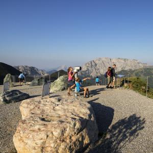 Nassfeld - Panoramablick nahe der Gartnerkofelbahn-Bergstation hinunter auf die Sonnenalpe Nassfeld sowie auf den Rosskofel (links) und den Trogkofel (rechts)