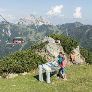 Nassfeld - die Madritschen Tour - der Familien-Erlebnisweg auf den Spuren des alten Steinvolks der Madritschen - führt bei der Madritschenbahn talwärts. Links die Madritschenbahn. Im Hintergrund der Gartnerkofel-Gipfel