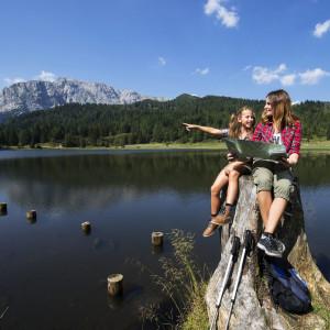 Nassfeld - Familienwanderidylle auf sanften Almen, umrahmt von einer imposanten Bergwelt. Hier am Nassfeldsee direk an der Landesgrenze. Im Hintergrund der Rosskofel