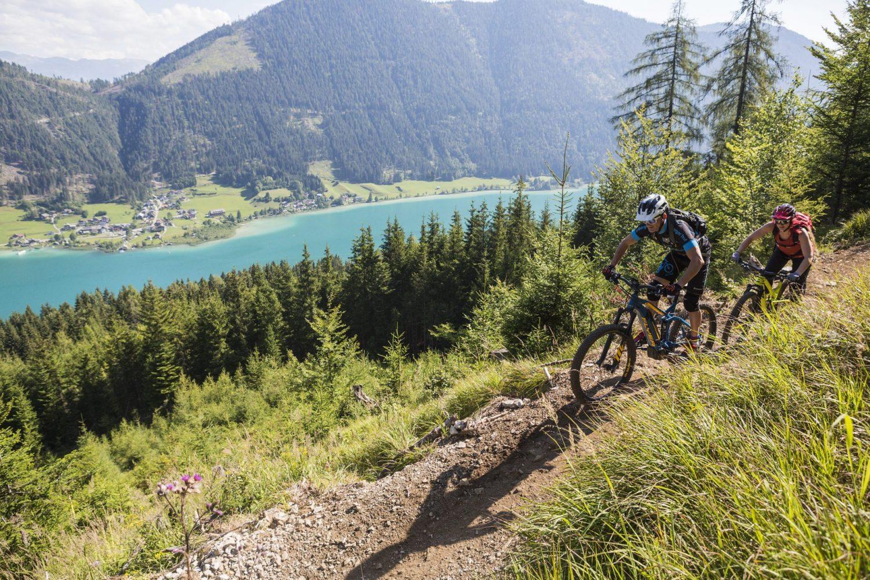 Mountainbiker am Trail oberhalb des Weissensees