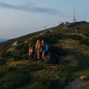 Das Goldeck - Wandern über der Waldgrenze. Im Hintergrund der Gipfel | Foto: Goldeck Bergbahnen/Sam Strauss