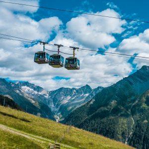 Die Ankogel Hochgebirgsbahnen mit der Hochalmspitze (3.360 m) im Hintergrund