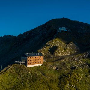 Das Hannoverhaus und die Bergstation der Seilbahn bei Sonnenaufgang