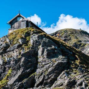 Das allerstere Hannoverhaus (links), die Bergstation der Seilbahn (mitte), das Hannoverhaus (rechts) und die Kapelle auf der Arnoldhöhe (oben im Hintergrund)