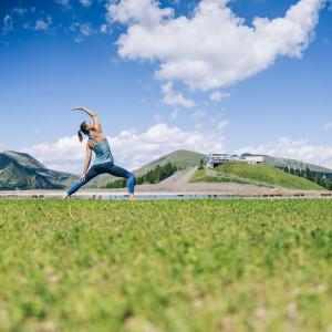 Kärntens 1. Mountain Yoga Trail: Namasté auf knapp 2.000 Meter Seehöhe bei der Bergstation der Biosphärenpark Brunnachbahn